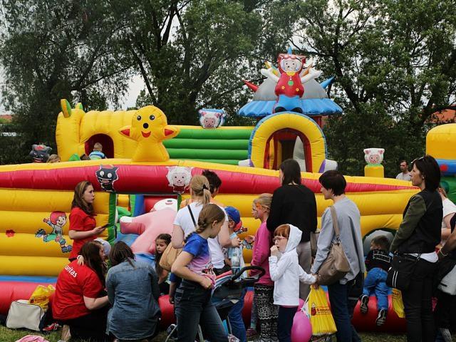 Tysiące dzieci bawi się na Placu Jana Pawła II
