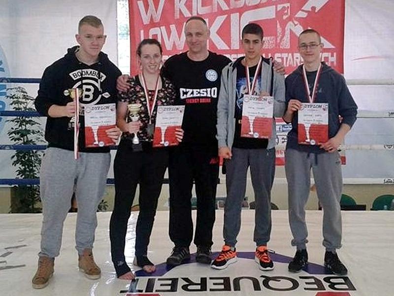 4 medale młodych kickboxerów