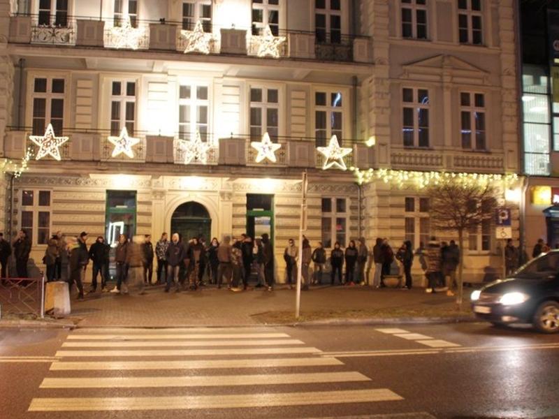 Kilkadziesiąt osób na ulicy Armii Krajowej