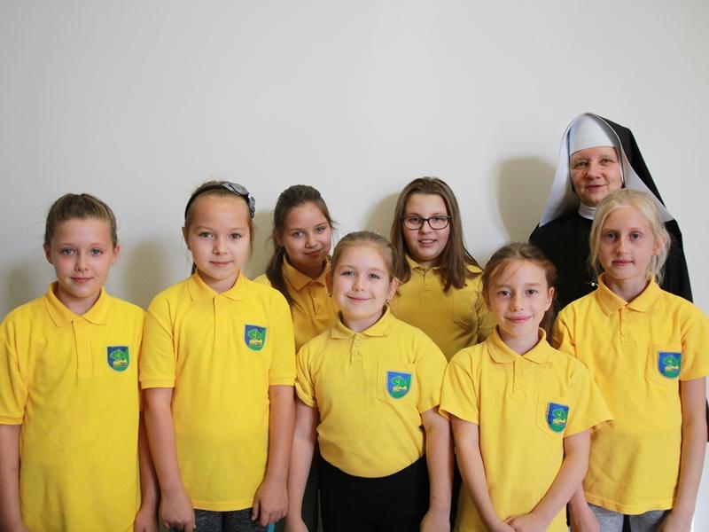 Uczennice SP4 w Ełku i s. Goretti