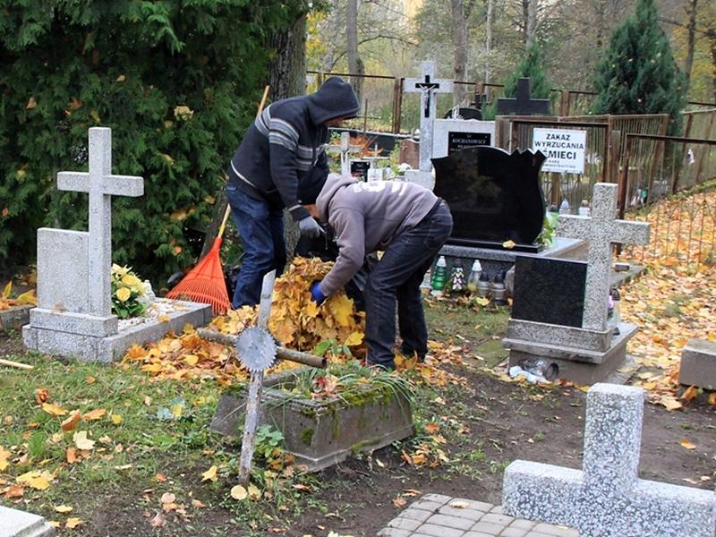 Ełczanie porządkują groby bliskich