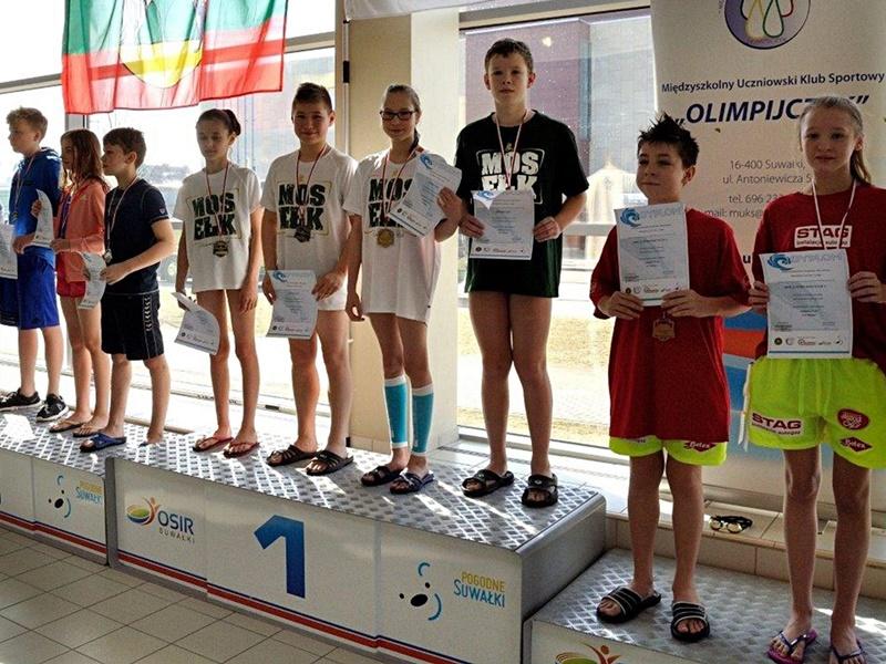 13 medali młodych pływaków
