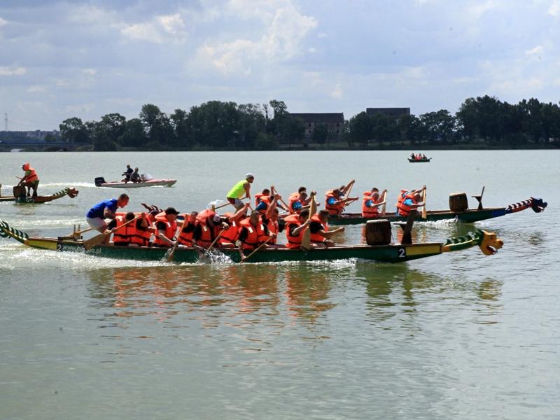 Rywalizacja smoczych łodzi