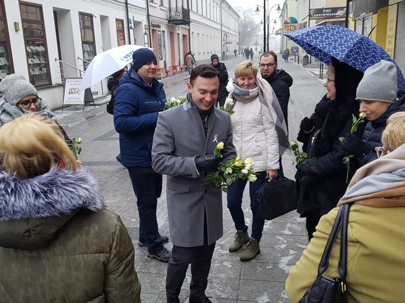 Rozdawali róże