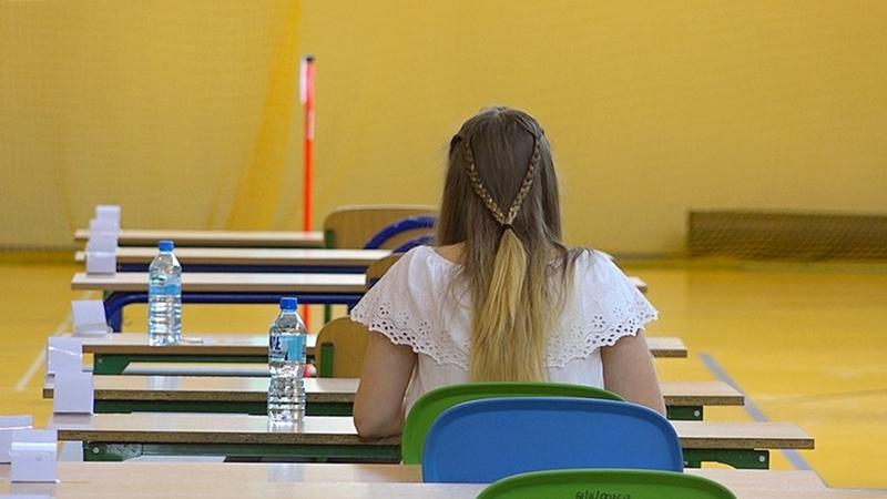 Ósmoklasiści piszą egzamin